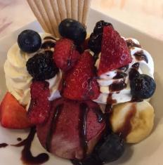 Zmrzlinový pohár s ovocím (jahody, maliny, čučoriedky)